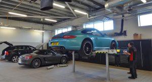 Grondige controle van een Porsche